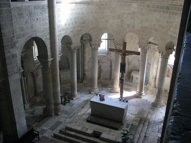 siena-italy-travel-guide-montalcino-Abbazia_di_Sant-Antimo-presbytery