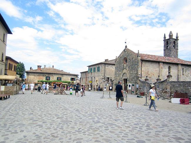 siena-italy-travel-guide-monteriggioni-Piazza_Roma