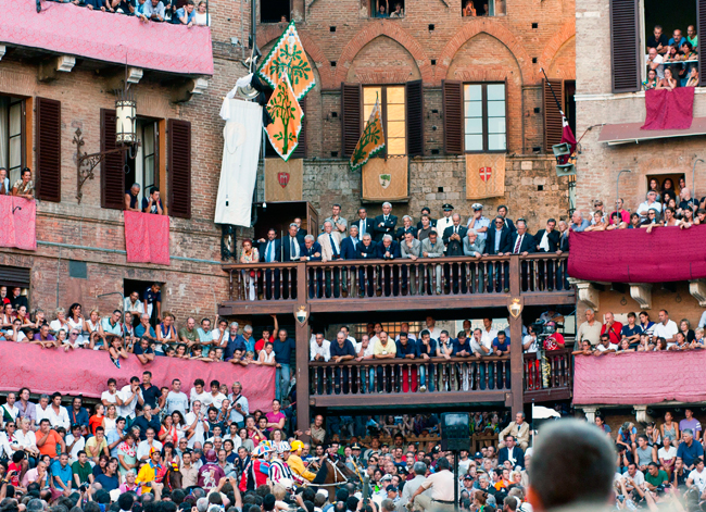 siena-italy-travel-guide-palio-crowd