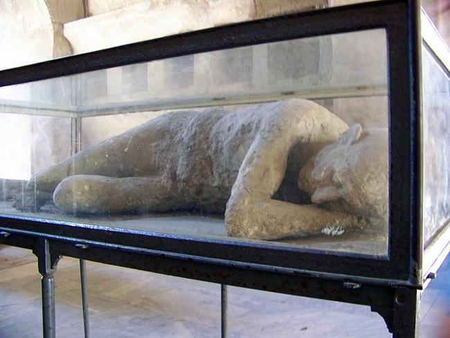 italy-travel-guide-amalfi-coast-pompeii-victim