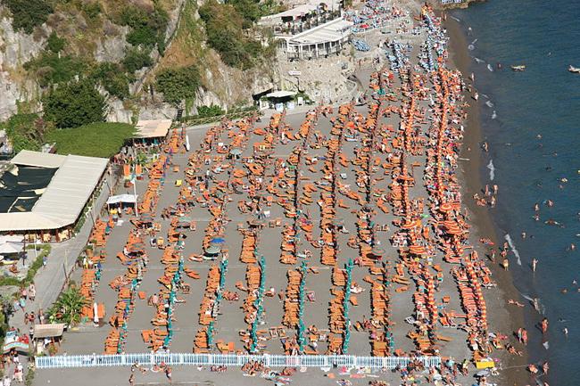 italy-travel-guide-amalfi-coast-positano-beach