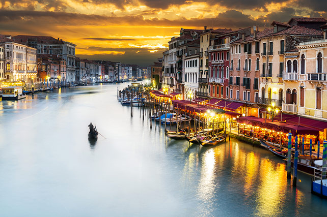 Ponte di Rialto bridge Venice Italy - grand canal at blue hour