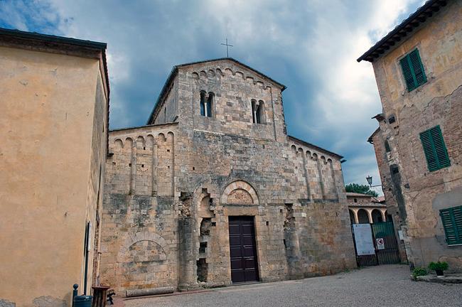 siena-italy-travel-guide-monteriggioni-Badia-a-isola-facade