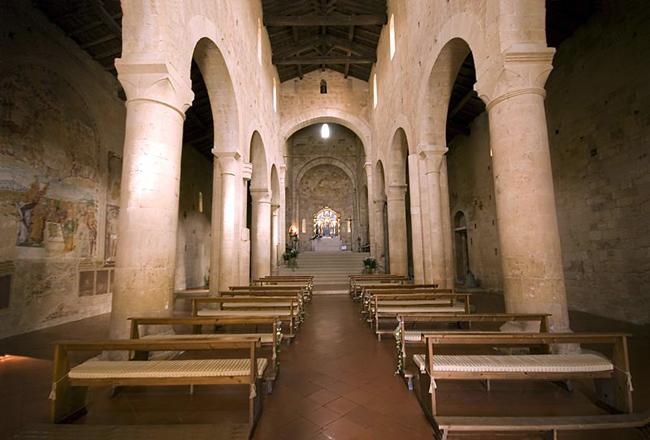 siena-italy-travel-guide-monteriggioni-Badia_a_Isola-intrerior