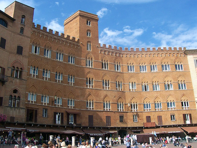 siena-italy-travel-guide-piazza-del-campo-PalSansedoni