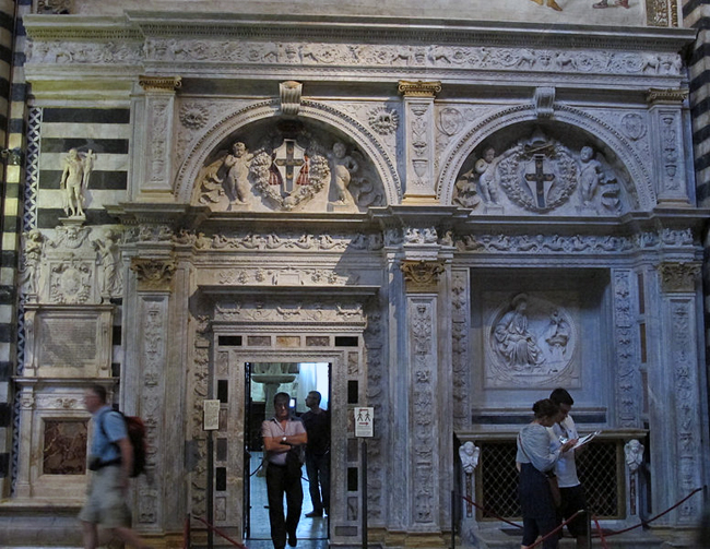 siena-italy-travel-guide-piccolomini-library-main-entrance