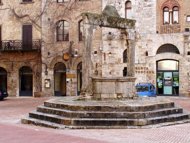 siena-italy-travel-guide-san-gimignano-piazza_cisterna