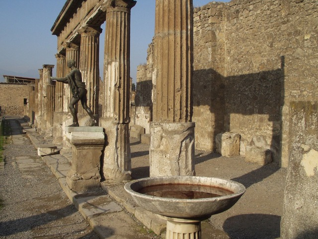 italy-travel-guide-amalfi-coast-pompeii-columns