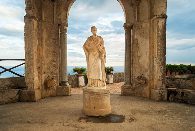 italy-travel-guide-amalfi-coast-ravello-Villa_Cimbrone-statue