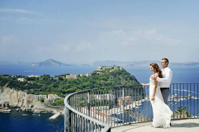 Couple-in-Naples | Tour Italy Now